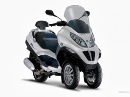 Piaggio's Mp3 Hybrid - the world's first scooter with parallel hybrid drive and plug-in technology
